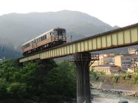 姫川を渡る (大糸線・平岩駅付近)