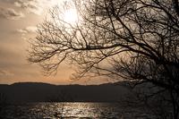 夕暮れ時の太陽(琵琶湖畔)