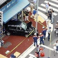 四条烏丸で車が歩道に突っ込み運転手が逮捕!