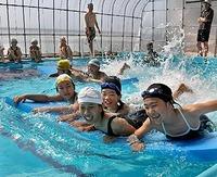 手作り温室プールで初泳ぎ ・・・右京・宕陰小中