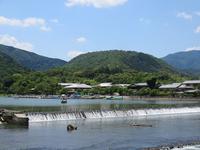 堰の向こうに小倉山 (嵐山・渡月橋)