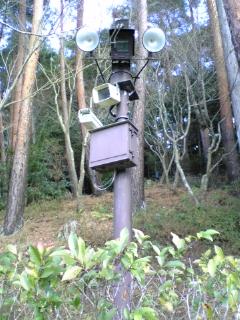 銀閣寺の照明と監視カメラ。