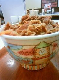 朝から重い写真、すき家のメガ牛丼。