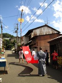 三嶋神社・神幸祭2012 菊鉾が吹散りをつけて巡行