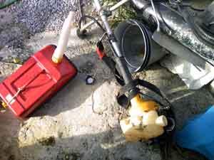 ガソリンタンクと草刈り機