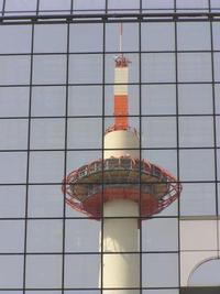ビルに映る京都タワー