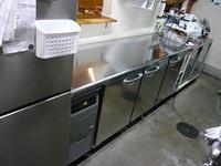 台下冷蔵庫の搬入、設置作業