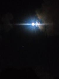 月を眺めながら