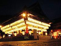 祇園祭2009・舞殿の神輿がきらめく。